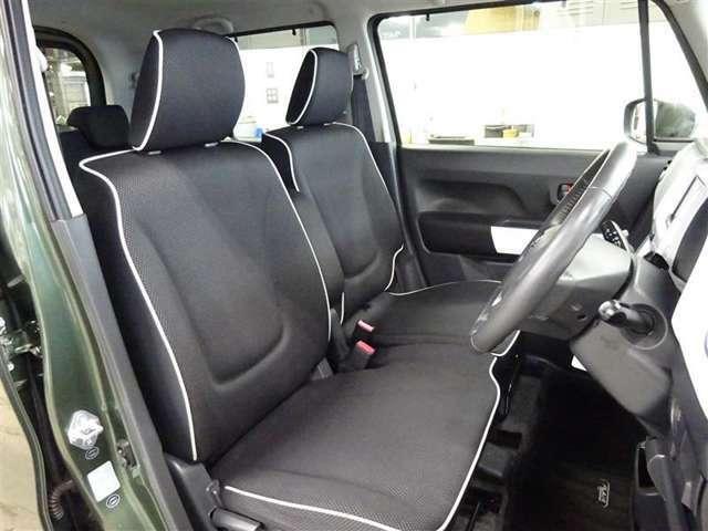 フロントの座席はベンチシートタイプです♪ゆったりと座れるので運転される方も助手席の方もラクラクです♪