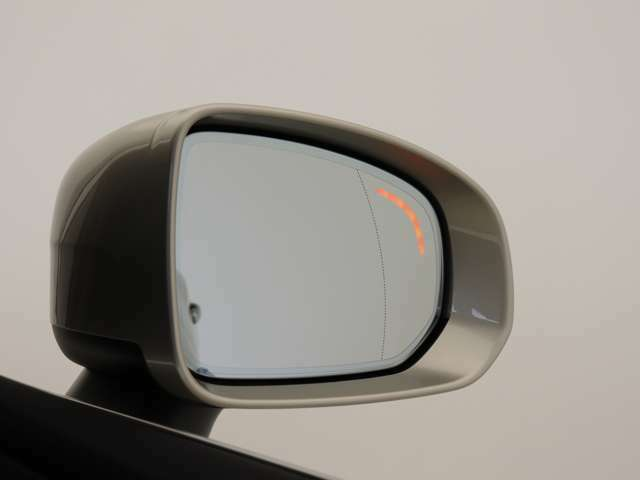 BLIS(ブラインドスポット・インフォメーション・システム)は、ミリ波レーダーが絶えず車両後方に気を配り、死角に入った車両や、後方から急接近する車両を検知し、その存在をドライバーに知らせます。