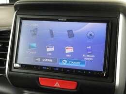 ナビゲーションはケンウッド製メモリーナビ(MDV-D404BT)を装着しております。AM、FM、CD、Bluetooth、ワンセグTVがご使用いただけます。初めて訪れた場所でも道に迷わず安心ですね!