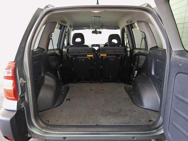 最大限のスペースを確保するため、リアシートを倒せば車内まで荷物が入ります!