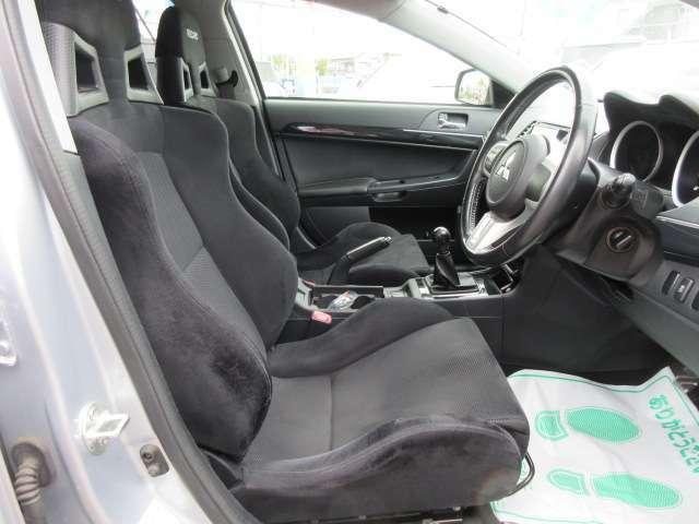 専用インテリア&専用シート付♪ 専用のスポーツシートが装着されております♪ ブラックで統一されておりシックな雰囲気になります♪