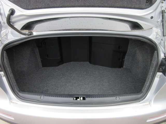トランクルームも十分なスペースがございます♪ この車両はトランク部にバッテリーとウォッシャータンクが装着されております♪