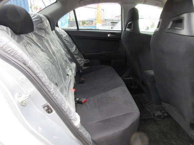 後席も使用感などなく綺麗なコンディションが保たれております♪ まだ、シートカバーも付いたままの状態です♪
