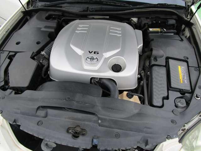 [エンジンルーム] オイル漏れや異音なども御座いません。 スムーズに吹け上がります♪ タイミングチェーン式エンジン搭載なので10万キロを超えてもタイミングベルト交換は不要です!