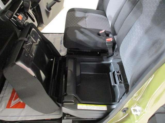 助手席の座面を上げれば収納スペースがありますよ♪
