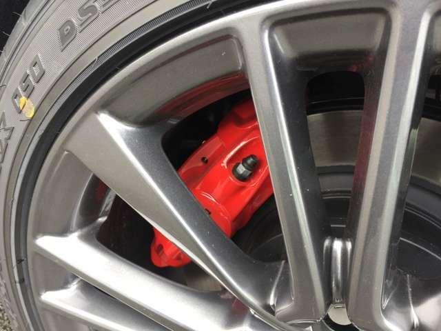 スポーティなドライビングでの制動性能を高める4輪アルミレッドキャリパー対向ピストンブレーキ