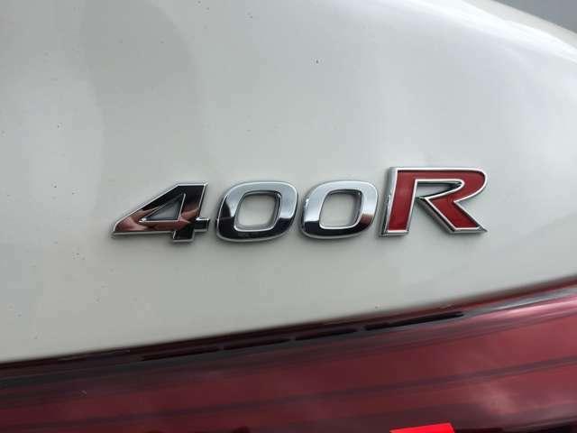 """""""赤いRバッジ""""を再びボディに付けた400Rは歴代スカイラインシリーズを彷彿させる証です!"""