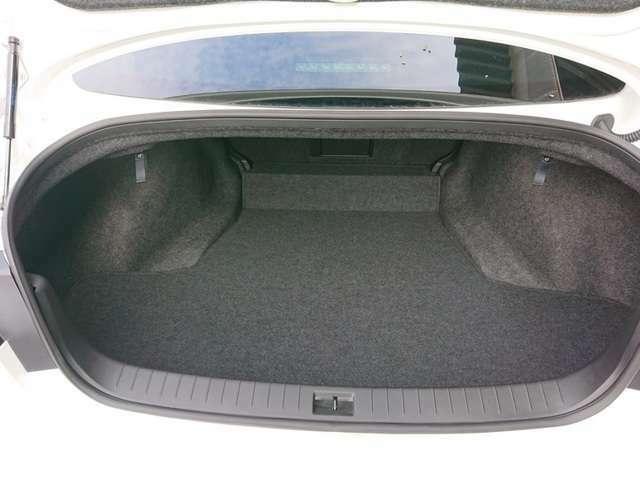 広い開口を確保し、ハイブリッド車も9インチゴルフバッグを4個収納可能。