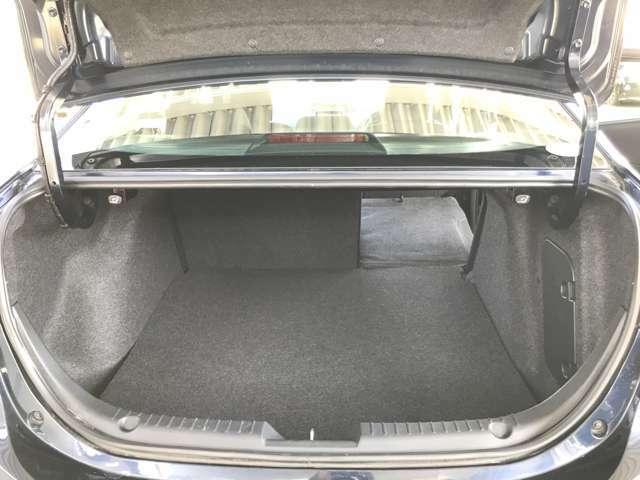 ☆後席のシートバックは6対4の比率で倒せるトランクスルー式。片側を倒して長い荷物等載せることができます。両側を倒せば大きなお荷物も余裕で積み込めます。☆