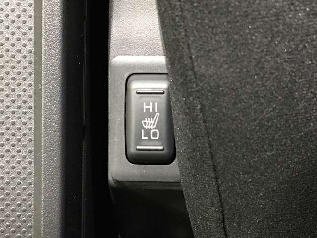 【シートヒーター】運転席/助手席共に温度調節が可能なシートヒーターを装備。季節を問わず快適にドライブできます。お引き渡し時には再セットアップを実施後、お渡しいたします。