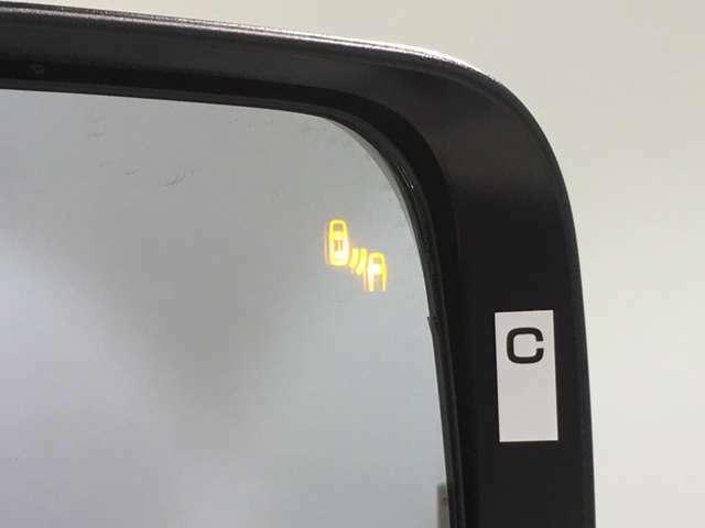 【ブラインドスポットモニタ】レーダーにより隣車線の車両を検知。車両を検知した側の表示灯が点灯。車両を検知している側に車線変更をしようとした場合、ブザーと表示で危険をお知らせします。