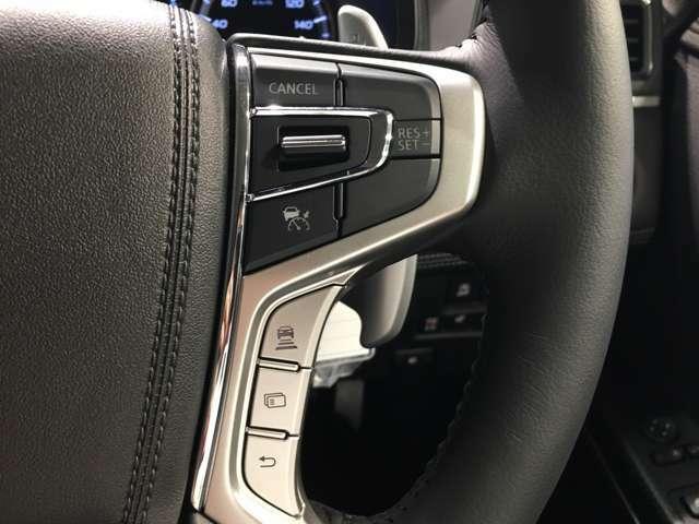 【レーダークルーズコントロール】自動で前の車との車間距離を一定に保ち、速度調整しながら走行します。高速道路のドライブで役立つ装備です。