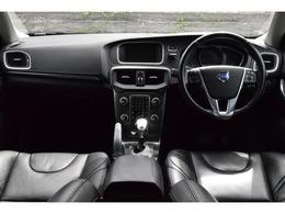 インテリアはいつものボルボ流。お馴染みフローティングセンタースタック。日本車には無い各部のデザインは個性的。非常に良好な状態のインテリア。