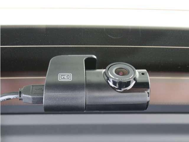 【夜間に強い】スーパーナイトビジョン2.0をリアカメラにも搭載。夜間走行や暗い駐車場などの低照度環境でも鮮明な映像で録画することができます。スマートフォンとPCで映像確認。安心の純正品です。
