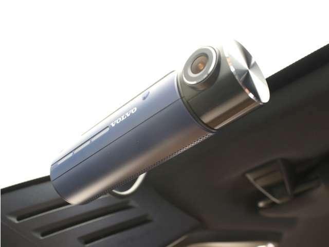 【ボルボ・ドライブレコーダー フロント&リアセット】解像度1920×1080画素のフルHDにCMOSイメージセンサーを適用し、前方/後方において昼夜間の映像を鮮明に録画することができます。