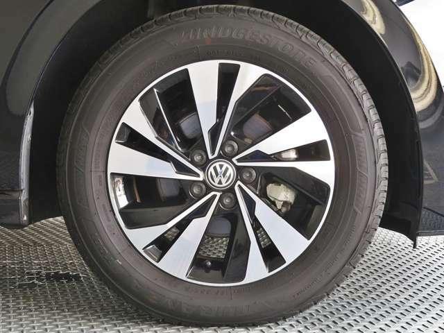 コンフォートライン用のアルミはブラックとシルバーのカラーで高級感あります。タイヤのひび割れ、溝の残りは認定中古車整備でチェックを致します。
