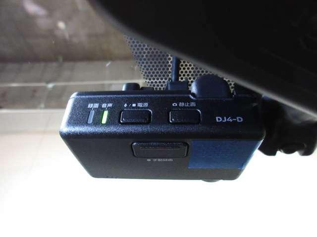 純正ドライブレコーダー付きです♪事故時の映像を記録します。ナビゲーションの画面に映像を映す事もできます☆