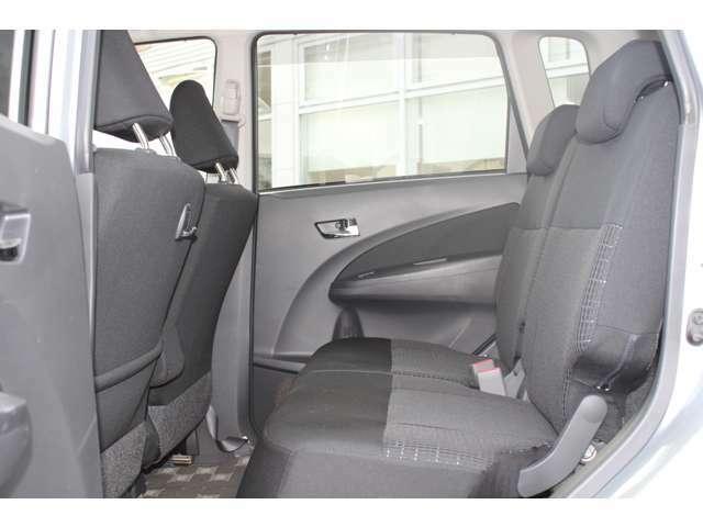 <シート>お体が直接触れるシートが汚いと嫌ですよね?その点このお車は、元々綺麗な状態で仕入れをしている上、専属スタッフが専用の溶剤で丹念にクリーニングしておりますので非常に綺麗です。