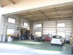 整備工場です。一般整備から分解整備、車検まで対応します。