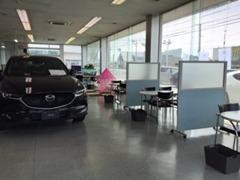 新車のカタログや試乗車も豊富です。マツダの魅力がイッパイの店内です。