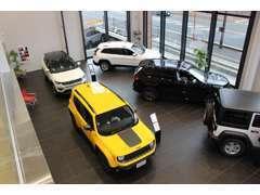 店内は吹き抜けになっており、天井が高く、開放感がございます。新車を展示しておりますので、併せてご覧ください!