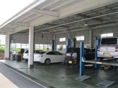 当店併設のサービス工場には中古車の精鋭スタッフが!点検・保証・修理とアフターメンテもお任せ下さい!