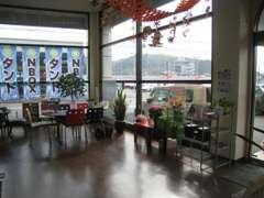 ショールーム内は禁煙で女性やお子様にも安心です(#^.^#)日光が降り注ぎ冬でも暖房いらずでポカポカとした快適な店内です。