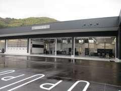 車検整備から点検、一般整備トラックなど受け入れ可能なサービス工場もあります。全て任せられるお店になっております