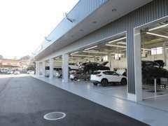 最新式のサービス工場も併設しております。車検・点検など、お客様との末長いお付き合いを目指して日々営業しております。