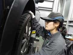 資格を持ったプロの整備士が、お客様の愛車を責任を持ってメンテナンス致します!当店は女性のメカニックもおりますよ。