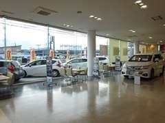 広々としたショールームは話題の新車も展示しておりますので快適な空間でお車をご覧になれます♪ごゆっくりおくつろぎ下さい♪