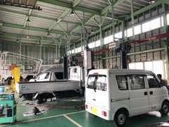 ☆併設の整備工場では、8台のリフトと最新機器を完備し、熟練メカニックがあなたの愛車をしっかりとケアしています!!