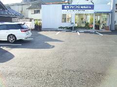 広々とした駐車スペースを確保していますので楽々駐車できます。