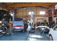 広い整備工場+外装修理工場を完備しており、実際にお客様の車をリフトアップしてその場で故障個所をご説明させていただきます。