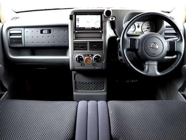 フロントベンチシートになっていますので、室内空間をより広く感じていただけると思います。運転席から助手席の移動も楽々。狭い駐車場に止めて、助手席ドアから表に出たいとき等にも本当に重宝します。