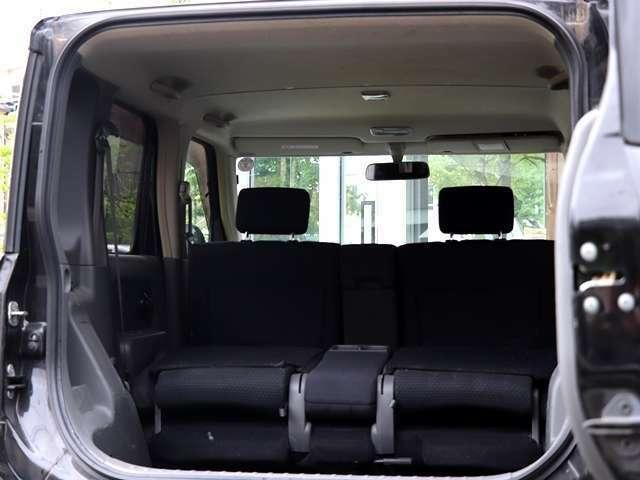 後部座席を前の方に倒して頂くと、こんなにも広いトランクスペースが確保されます。こちらは、荷物も乗せやすく大きなお荷物も楽々搭載していただくことが可能となります。