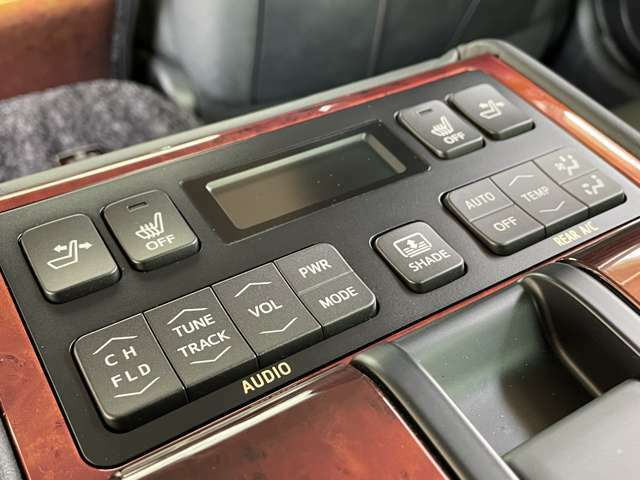【後席操作リモコン】後席でのオーディオ操作・シートリクライニング・シートヒーター・オートサンシェード・エアコンの操作まで可能