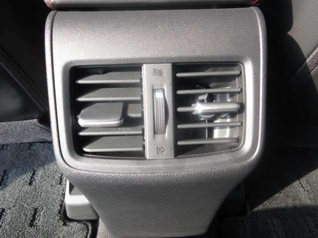 後部座席足元中央にエアコンの吹き出し口があります。