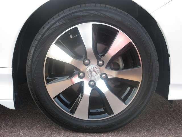 【タイヤ】専用アルミホイールです。タイヤサイズは、215/50R17です。