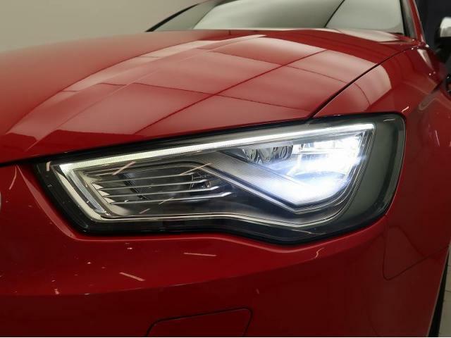 LEDヘッドライト『ロー/ハイビーム、ポジショニングランプにもLEDを使用。夜間でもクリアな視界を確保でき安心して運転していただけます。またキセノンヘッドライトよりも省エネ・高寿命となっております。