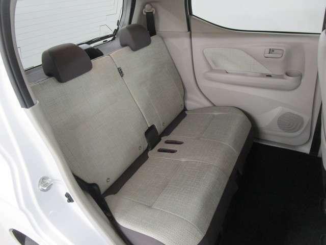 リヤシートは2分割シートアレンジで荷室を広く使えます。