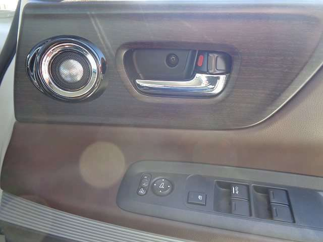 電動格納ミラー付です。狭い場所での駐車も安心です!