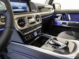 ブラックの統一感の中にカーボンとライトアップがアクセントとなり、重厚感が増しています。