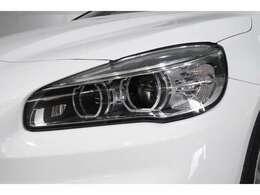 LEDヘッドライト: 先進のLEDテクノロジーを採用。夜間はもちろん悪天候の日中でも優れた視認性を発揮し、走行安全性と快適性を高めます。