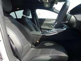 運転席側、広くてゆったり座れます。