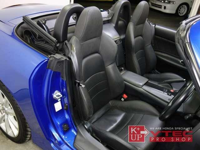 純正本革シートは座面や腰サポート部に少々のスレがございますが、おおむね良好なコンディションを保っております。走りをより楽しみたい方にはフルバケットシートをお勧め致します。中古レカロ在庫多数ございます!