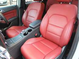 インテリアは禁煙車で大変綺麗な状態です。希少グレード専用のレッドカラー本革シート装備車です。運転席&助手席は電動パワーシートメモリーやヒーター機能も御座います。