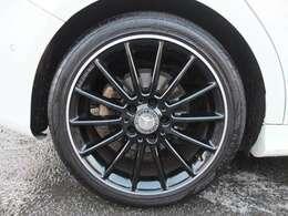 AMG製ブラック18インチホイールを装着!!タイヤは4本共にブリヂストン製です!残溝も約8分御座います。