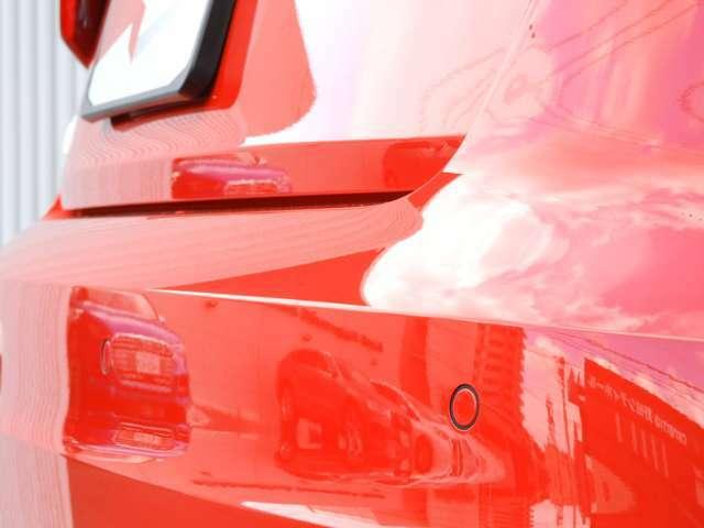 ■APS(アウディパーキングシステム) 駐車の際、リアカメラと前後障害物センサーによって音と画像で障害物までの距離をドライバーに知らせます。