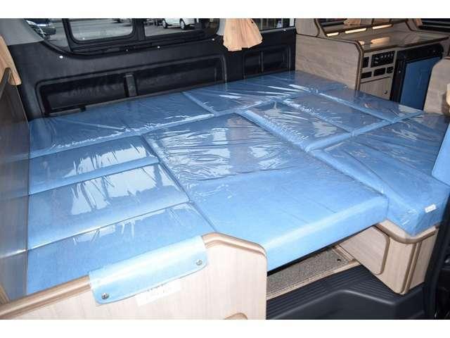 ベッド展開も簡単に行えます。ベッド寸法は185CM×150CMとなっております!